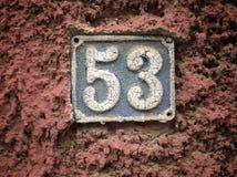 Rocznika grunge kwadrata metalu ośniedziały talerz liczba uliczny adres z numerowym zbliżeniem Obrazy Royalty Free