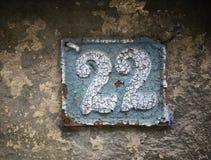 Rocznika grunge kwadrata metalu ośniedziały talerz liczba uliczny adres z numerowym zbliżeniem Fotografia Stock
