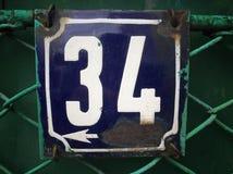 Rocznika grunge kwadrata metalu ośniedziały talerz liczba uliczny adres z numerowym zbliżeniem Obrazy Stock