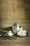 Rocznika Grunge Wciąż życie z Kieszeniowego zegarka Starą książką K i mosiądzem Fotografia Stock