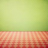 Rocznika grunge wewnętrzny tło z sprawdzać różowymi podłoga i polki kropkami tapetowymi zdjęcia stock