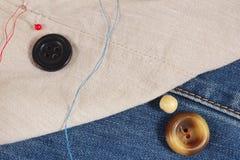 Rocznika guziki, szpilki i igły z niciami na zbliżeniu, bawełnianym i drelichowym obrazy stock