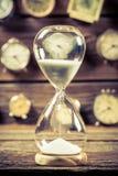 Rocznika hourglass jako stary sposób timing zdjęcia royalty free