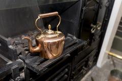 Rocznika i antyka miedziany czajnik na Wiktoriańskiej kuchence w trad Zdjęcie Stock