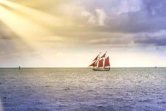 Rocznika i egzota żaglówki żeglowanie w Południowym Floryda w kierunku słońce promieni fotografia royalty free