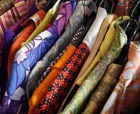 Rocznika jarmarku kramu pokaz Z sukniami zdjęcia stock