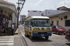 Rocznika jawny autobus w ulicie Santa Cruz, Boliwia zdjęcia stock