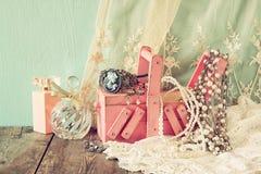 Rocznika jewelelry, antykwarski drewniany biżuterii pudełko, i pachnidło butelka na drewnianym stole Filtrujący wizerunek obraz royalty free