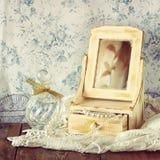 Rocznika jewelelry, antykwarski drewniany biżuterii pudełko, i pachnidło butelka na drewnianym stole Filtrujący wizerunek obrazy stock