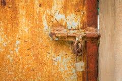Rocznika kędziorek na Jaskrawym Czerwonym drzwi fotografia royalty free