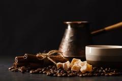 Rocznika kawowy garnek i łyżka, fasole rozpraszaliśmy wokoło, z copys Obraz Stock
