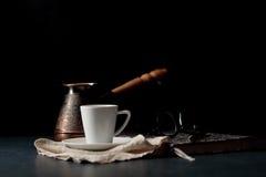Rocznika kawowy garnek i łyżka, fasole rozpraszaliśmy wokoło, z copys Obrazy Royalty Free