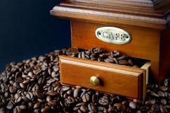 Rocznika kawowy ostrzarz i kawowe fasole odizolowywający Obrazy Royalty Free