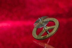 Rocznika Kieszeniowego zegarka Hairspring Odpoczywa na Czerwonej powierzchni Fotografia Stock