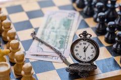 Rocznika kieszeniowego zegarka pieniądze i szachowi kawałki Zdjęcie Royalty Free