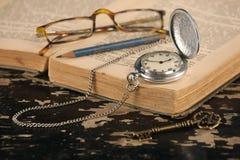 Rocznika kieszeniowego zegarka starej książki i ołówka mosiądza klucz Obrazy Royalty Free
