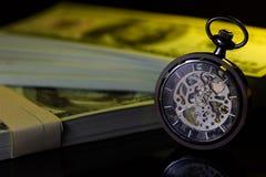 Rocznika kieszeniowy zegarek i imitacja dolar obrazy stock