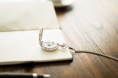 Rocznika kieszeniowy zegarek na książce Fotografia Stock