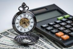 Rocznika kieszeniowy zegarek z kalkulatorem na pieniądze dolara amerykańskiego banknocie Obrazy Stock