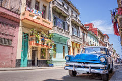 Rocznika klasyczny amerykański samochód w Hawańskim Kuba