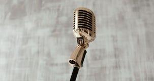 Rocznika klasyczny mikrofon na scenie na białym tle z bliska zdjęcie wideo