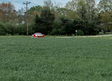 Rocznika klasyczny samochodowy jeżdżenie na wiejskiej drodze zdjęcia royalty free