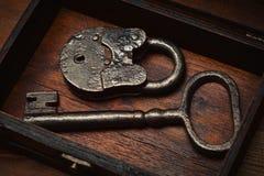 Rocznika klucz i kędziorka stary pudełko Fotografia Royalty Free