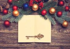 Rocznika klucz i książka zdjęcie royalty free