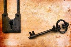 Rocznika klucz na starym papierze Obrazy Royalty Free
