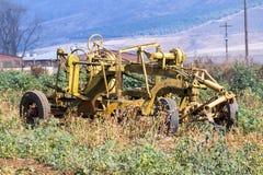 Rocznika koloru żółtego gospodarstwa rolnego narzędzie Przeciw Wiejskiemu gospodarstwo rolne krajobrazowi Obraz Stock