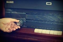 Rocznika koloru styl, ręka nastraja retro radiowego guzika Zdjęcie Stock