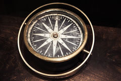 Rocznika kompas na ciemnym drewnianym stole Obrazy Stock