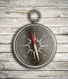 Rocznika kompas nad drewnianym tłem Zdjęcie Stock