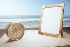 Rocznika kompas, pusta drewniana obrazek rama na starego stylu mapie przy Zdjęcia Royalty Free