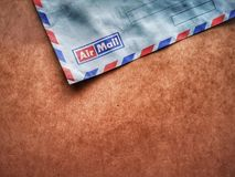 Rocznika kopertowy airmail z drewnianym t?em obraz royalty free