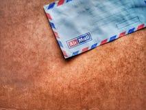 Rocznika kopertowy airmail z drewnianym t?em zdjęcia royalty free