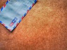 Rocznika kopertowy airmail z drewnianym t?em zdjęcia stock