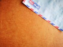 Rocznika kopertowy airmail z drewnianym t?em obraz stock