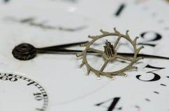 Rocznika Kruszcowy Wylotowy koło Odpoczywa na Kieszeniowego zegarka twarzy Fotografia Royalty Free