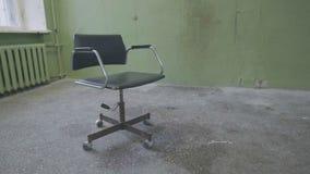 Rocznika krzesło blisko starej ściany Stary czerwony barokowy krzesło stawiać czoło pustą ścianę Stary krzesło przeciw textured ś zdjęcia royalty free