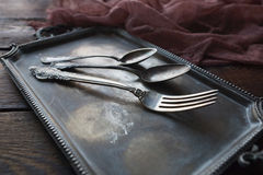 Rocznika kuchenny cutlery - łyżki i rozwidlenie na srebnej tacy Zdjęcie Stock