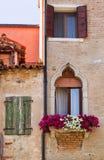 Rocznika kwiat dekorujący budynek w Wenecja zdjęcia royalty free