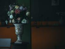 Rocznika kwiatu waza na kolor żółty ściany tle, stary czasu spojrzenie, st Fotografia Royalty Free