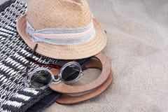 Rocznika lata kapelusz, plażowa łozinowa torba i okulary przeciwsłoneczni na plaży, obraz royalty free