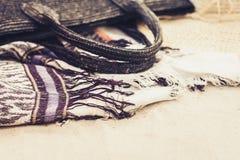 Rocznika lata słomy plaży łozinowa torba, kapelusz i przykrywki beachwear opakunek na piasku, obrazy royalty free