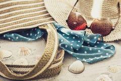 Rocznika lata słomy plaży łozinowa torba, słońc szkła, kapeluszowy przykrywki beachwear opakunek na piasku, tropikalny tło fotografia royalty free