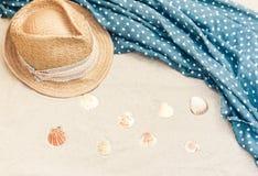 Rocznika lata słomy plaży łozinowy kapelusz i przykrywki beachwear opakunek na piasku, tropikalny tło fotografia stock