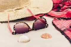 Rocznika lata s?omy pla?y ?ozinowa torba, s?o?c szk?a, kapelusz, przykrywki beachwear opakunek na piasku, tropikalny t?o zdjęcia stock