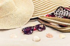 Rocznika lata s?omy pla?y ?ozinowa torba, s?o?c szk?a, kapelusz, przykrywki beachwear opakunek na piasku, tropikalny t?o zdjęcie royalty free