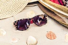 Rocznika lata s?omy pla?y ?ozinowa torba, s?o?c szk?a, kapelusz, przykrywki beachwear opakunek na piasku, tropikalny t?o obrazy royalty free